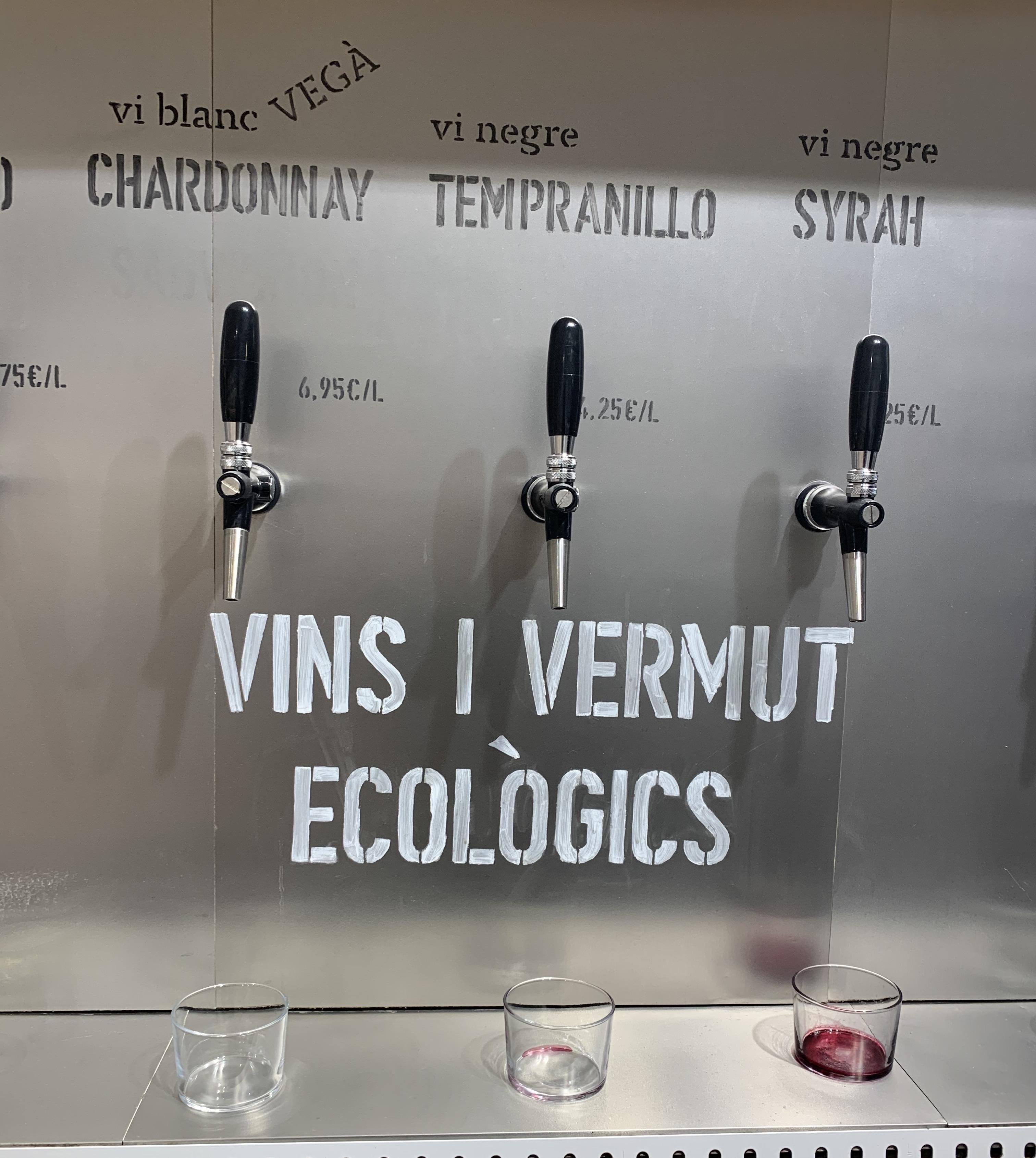En este supermercado, también podemos encontrar grifos con vinos y vermuts ecológicos, por lo que podemos rellenar nuestras botellas